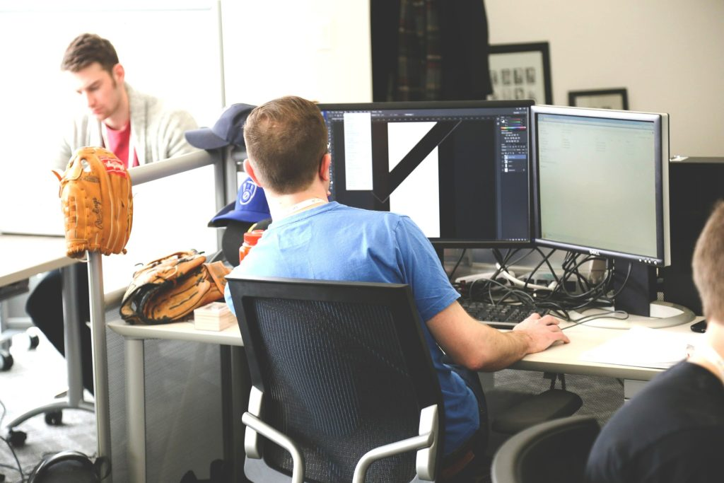 praca przy komputerze czy laptopie co lepsze do pracy